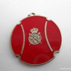 Medallas temáticas: ANTIGUA MEDALLA DEL REAL CLUB DE POLO DE BARCELONA - ESCUELA DE TENIS - CON ESMALTES. Lote 111828007