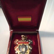 Medallas temáticas: INSIGNIA-MEDALLA DE BRONCE ESMALTADA DE TOLEDO CIUDAD IMPERIAL CON SU CAJA ORIGINAL, DE LOS AÑOS 50. Lote 180414483