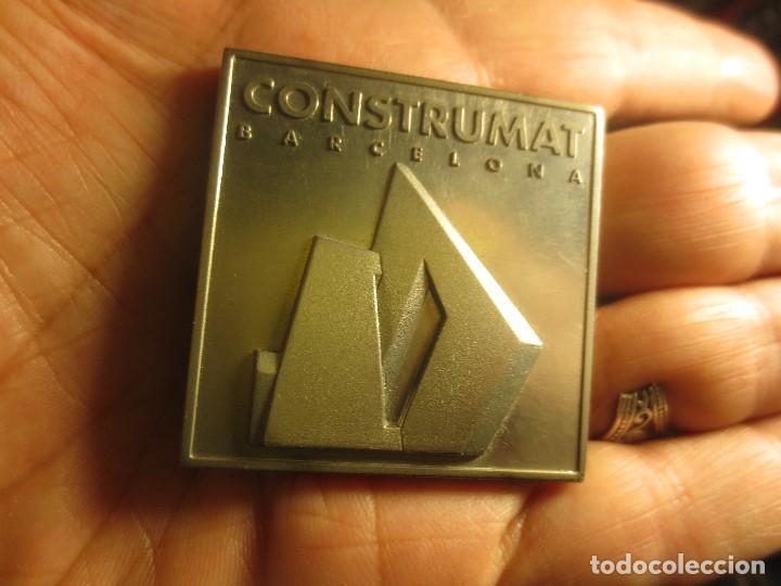 DE ARQUITECTURA ANTIGUA MEDALLA O DISTINTIVO CONSTRUMAT BARCELONA 1997 (Numismática - Medallería - Temática)