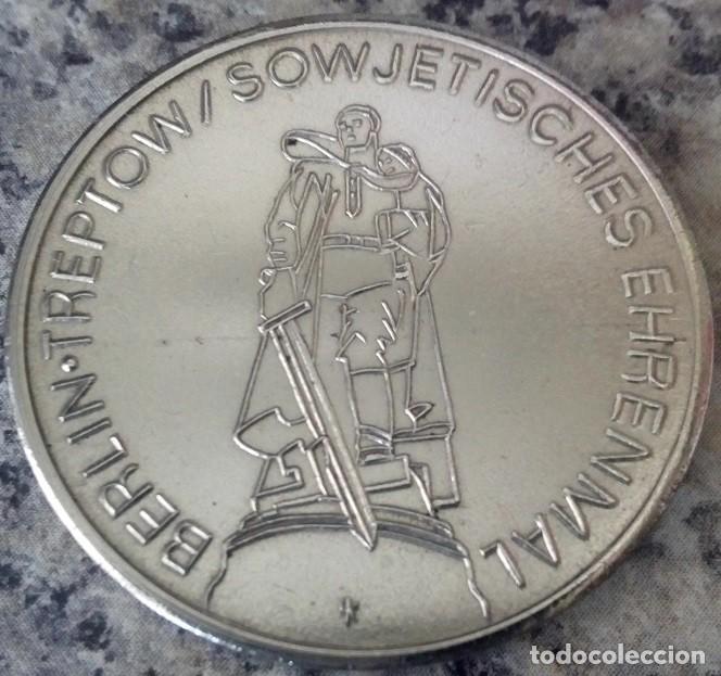 MONEDA CONMEMORATIVA BERLIN TREPTOW A LOS 30 AÑOS DE LA LIBERACION DEL FASCISMO 1945-1975 (Numismática - Medallería - Temática)