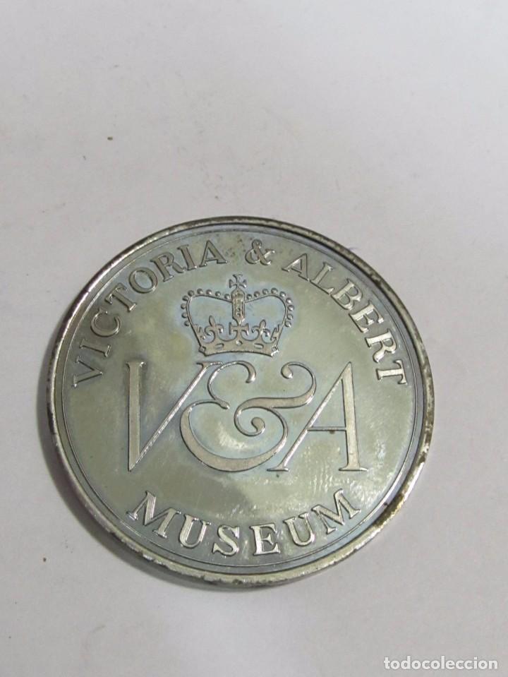 MONEDA CONMEMORATIVA PLATEADA - VICTORIA & ALBERT MUSEUM (Numismática - Medallería - Temática)
