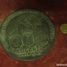 Medallas temáticas: 1ª EXPOSICION 1965 ALICANTE MEDALLA ANTIGUA GRANDE FILATELIA NUMISMATICA 11 CMS FALTA LIMPIAR. Lote 128204963