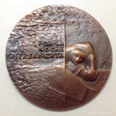 Medallas temáticas: MEDALLA DE BRONCE DE LA FNMT, LA NOCHE, 9 CM. DE DIÁMETRO. NUEVA, FIRMADA F.A.. Lote 160466038