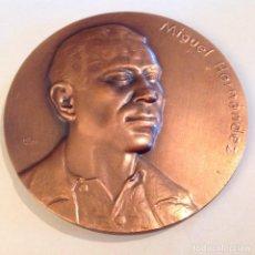 Medallas temáticas: MEDALLA DE BRONCE DE LA FNMT, 1985, DE 8 CMS. A MIGUEL HERNÁNDEZ, FIRMADO CON ANAGRAMA Y 84. Lote 136402270