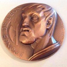 Medallas temáticas: MEDALLA DE BRONCE DE LA FNMT, 1987, DE 8 CMS. A J. PONCE DE LEÓN, FIRMADA FJ, FERNANDO JESÚS. Lote 176478258