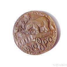 Medallas temáticas: REUNIÓN CENTENARÍA SEVILLANOS EN MADRID 1969. 6,5 CM DE DIÁMETRO. Lote 135464446