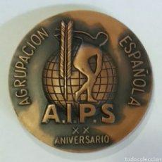 Medallas temáticas: MEDALLA A.I.P.S AGRUPACION ESPAÑOLA XX ANV 1977, FIRMADA VALLMITJANA. Lote 139542938