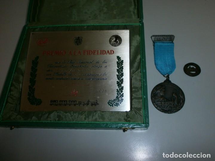 MEDALLA RENFE PREMIO A LA FIDELIDAD BRONCE PLACA MEDALLA Y MINIATURA EN SU CAJA ORIGINAL AÑO 1968 (Numismática - Medallería - Temática)