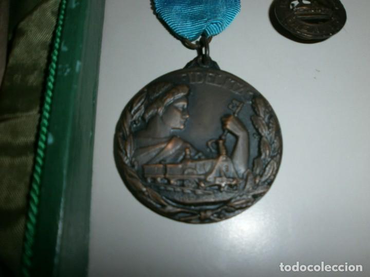 Medallas temáticas: medalla renfe premio a la fidelidad bronce placa medalla y miniatura en su caja original año 1968 - Foto 2 - 145260742