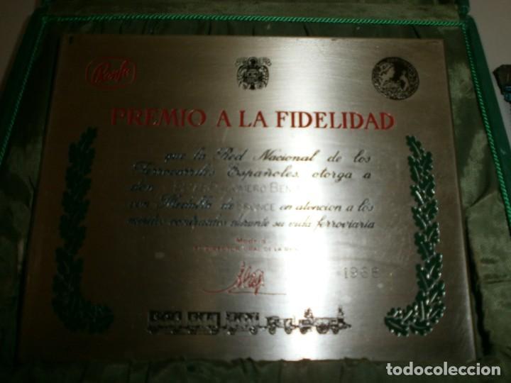 Medallas temáticas: medalla renfe premio a la fidelidad bronce placa medalla y miniatura en su caja original año 1968 - Foto 4 - 145260742