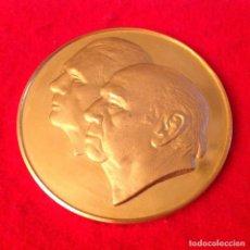 Medallas temáticas: MEDALLA CON BAÑO DE ORO DE LAS BODAS DE ORO DE ANTONI Y MERCE, 1938-1988, 5 CM. DE DIÁMETRO.. Lote 151421886
