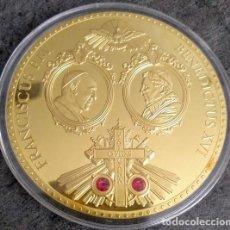Medallas temáticas: BONITA MEDALLA XXL CONMEMORATIVA A LA HISTORICA REUNION ENTRE LOS DOS PAPAS EN EL VATICANO. Lote 153439582
