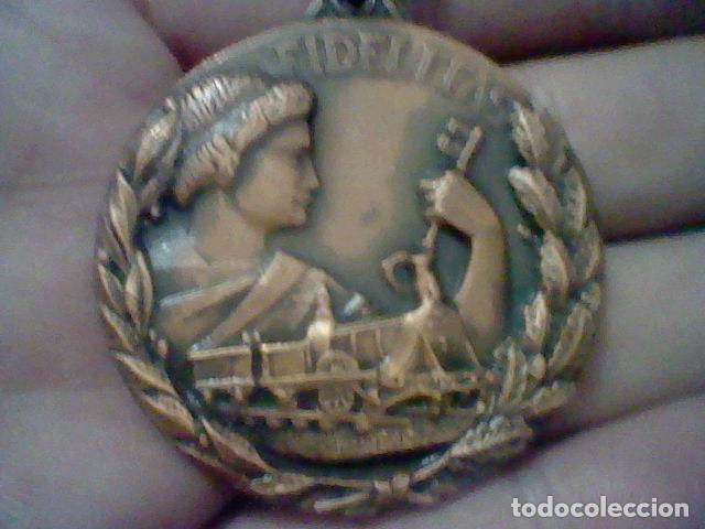 RENFE PREMIO FIDELIDAD MEDALLA CINTA VERDE RED FERROCARRILES TONO COBRE (Numismática - Medallería - Temática)