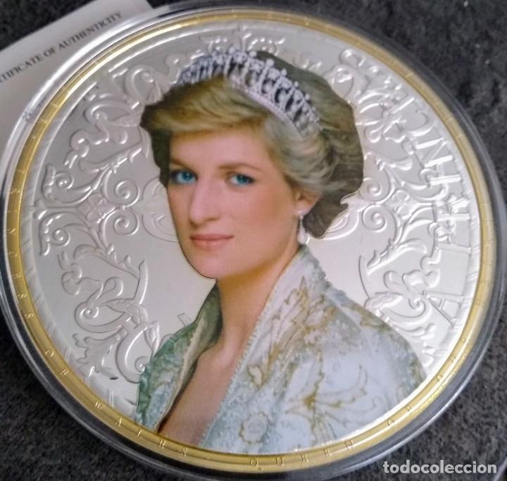 GRAN MEDALLON XXXL DE LADY DI PRINCESA DE GALES Y DEL PUEBLO CON PLATA ORO Y ACABADO EN DIAMANTE (Numismática - Medallería - Temática)