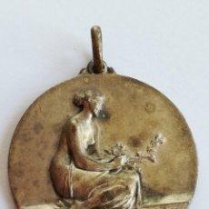 Medallas temáticas: MEDALLA MUJER SUJETANDO RAMA - POSIBLEMENTE HOMENAJE A LA MUJER. Lote 171986930