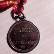 Medallas temáticas: MEDALLA DE ESCUELA O COLEGIO - PREMIO DE CATECISMO - MERITO - CON SU CINTA ORIGINAL. Lote 176958957