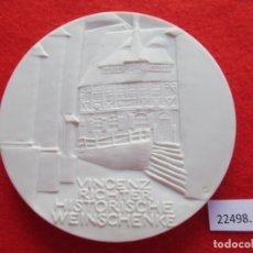 Medallas temáticas: MEDALLA DE CERAMICA DE MEISSEN, VINCENZ RICHTER HISTORISCHE WEINSCHÄNKE, ALEMANIA PORCELANA, BISCUIT. Lote 178618011