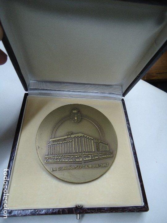 MEDALLA EL CORTE INGLES GALICIA RAIZ Y HORIZONTE EN SU CAJA MIDE 8,3 CM. DE DIÁMETRO EN SU CAJA (Numismática - Medallería - Temática)