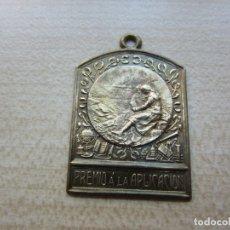 Medallas temáticas: BONITA MEDALLA DE APLICACIÓN DORADA POSIBLE AÑOS 50 O 60. Lote 183058441