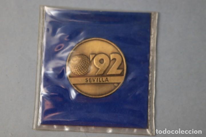 Medallas temáticas: MEDALLA CONMEMORATIVA SEVILLA EXPO 92- CON FUNDA - REV. LA CARTUJA - Foto 3 - 183201370