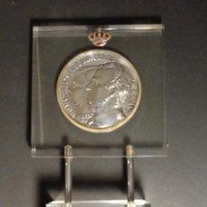 Medallas temáticas: MEDALLA DE PLATA CON PIE DE METACRILATO - JUAN CARLOS I Y SOFÍA REYES DE ESPAÑA - HOMENAJE A SS. MM.. Lote 190992502