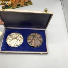 Medallas temáticas: DOS MEDALLAS EN PLATA Y BRONCE CONMEMORATIVAS DEL PAPA JPII. Lote 191903360