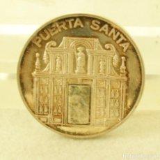 Medallas temáticas: MEDALLA PLATA AÑO SANTO 93 TROZO PUERTA SANTA PIEDRA 44.8 GR CATEDRAL SANTIAGO. Lote 195110348