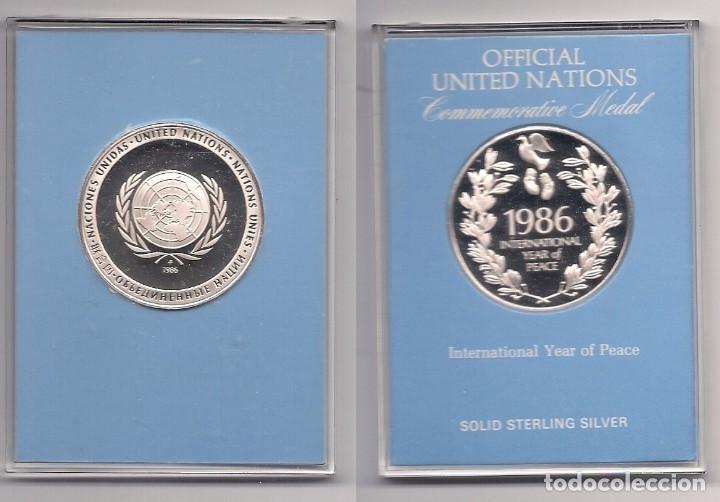 MEDALLA OFICIAL DE PLATA PURA DE LAS NACIONES UNIDAS 1986 - AÑO INTERNACIONAL DE LA PAZ EN ESTUCHE (Numismática - Medallería - Temática)