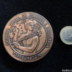 Medallas temáticas: MEDALLA DE BRONCE CÁMARA COMERCIO TORRELAVEGA INAUGURACIÓN MERCADO NACIONAL DE GANADO 1973. Lote 197518621