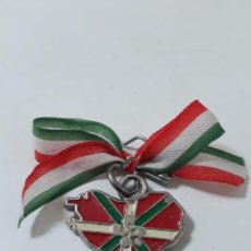 Medallas temáticas: INSIGNIA DEL PAÍS VASCO,INCURRIÑA CON FLOR DE LAUBURU. Lote 203154285
