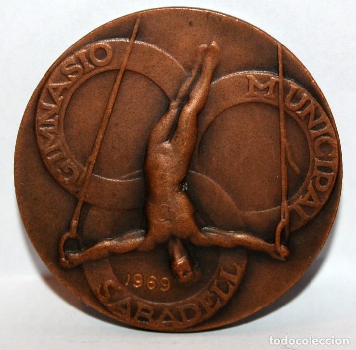 MEDALLA CONMEMORATIVA GIMNASIO MUNICIPAL SABADELL. REALIZADA EN BRONCE (Numismática - Medallería - Temática)
