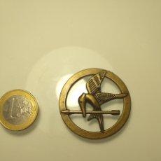 Medallas temáticas: CURIOSA MEDALLA DE BRONCE DISEÑO AÑOS 60 O 70 PÁJARO FLECHA. Lote 204833451