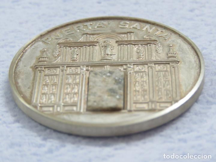 Medallas temáticas: MEDALLA EN PLATA DE LEY 925 DEL AÑO SANTO 1999 CON INCRUSTACION DE PIEDRA EN LA MEDALLA, SOLO 250 - Foto 3 - 205683026