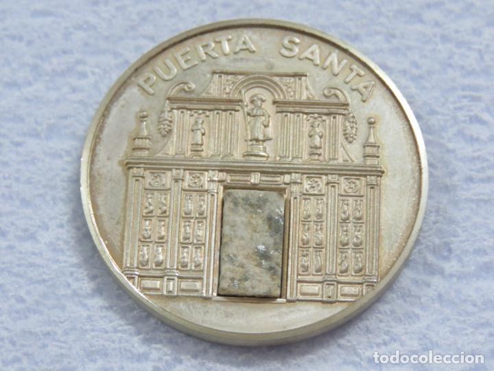 MEDALLA EN PLATA DE LEY 925 DEL AÑO SANTO 1999 CON INCRUSTACION DE PIEDRA EN LA MEDALLA, SOLO 250 (Numismática - Medallería - Temática)