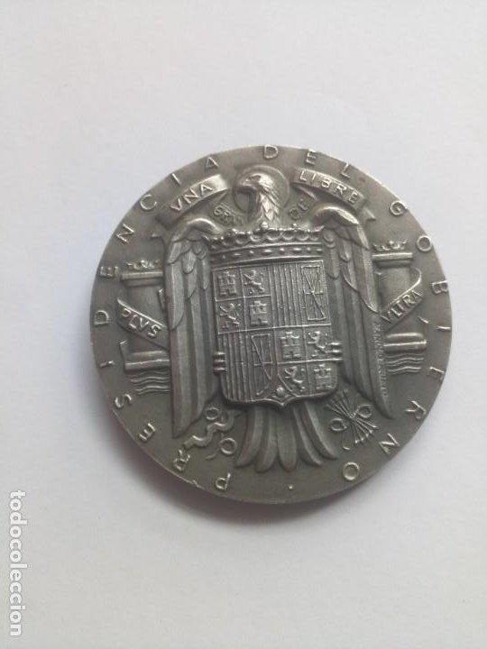 MEDALLA PLATA ÁGUILA FRANCO PRESIDENCIA GOBIERNO GEOGRÁFICO Y CATASTRAL (Numismática - Medallería - Temática)