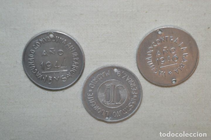 Medallas temáticas: Lote 3 ANTIGUAS MEDALLITAS VACUNA ANTIRRÁBICA - AÑOS 40 - MADRID - Nuevas / Nos ¡Muy difícil, mira! - Foto 2 - 209699677