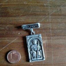 Medallas temáticas: MEDALLA INSIGNIA AÑO SANTO COMPOSTELANO 1971. Lote 209880385