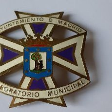 Medallas temáticas: INSIGNIA AYUNTAMIENTO DE MADRID. LABORATORIO MUNICIPAL. ESMALTADA. (RARA VARIANTE). Lote 210783585