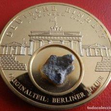 Medallas temáticas: GRAN MONEDA ORO ALEMANIA 1990 CON TROZO DEL MURO DE BERLIN 100% ORIGINAL DE EDICION LIMITADA. Lote 211407594