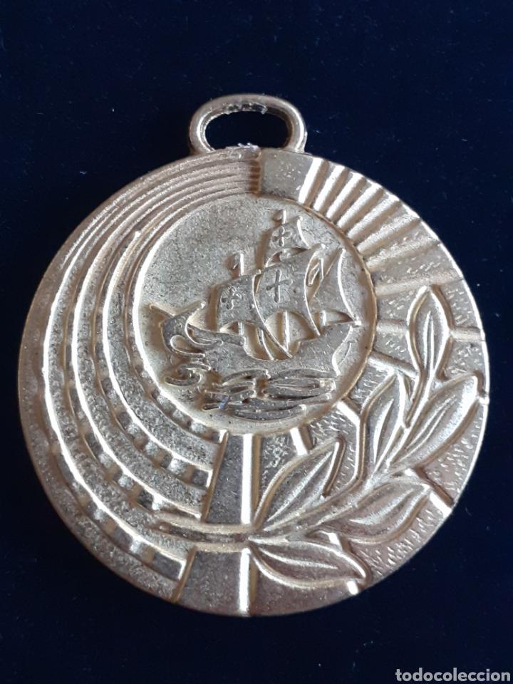 MEDALLA CONMEMORATIVA DEL DESCUBRIMIENTO DE AMÉRICA, VIVE UN MUNDO DE AMISTAD (Numismática - Medallería - Temática)