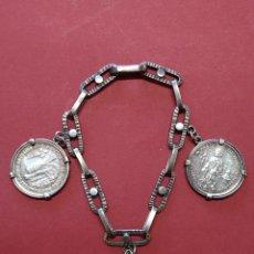 Médailles thématiques: ANTIGUA PULSERA CON 3 MEDALLAS DE PLATA, AÑO SANTO COMPOSTELANO 1976...L2195. Lote 221248318