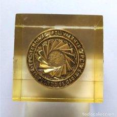Medallas temáticas: MEDALLA TERMINAL POLIVALENTE PUERTO DE CÁDIZ (TPC). MONTADA EN METACRILATO. Lote 224515098
