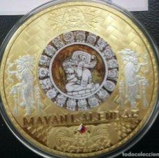 Medallas temáticas: MUY BONITO MEDALLON XXXL DEL CALENDARIO MAYA CON ORO Y UNA PIEDRA ROJA DE SWAROVSKI. Lote 224976587