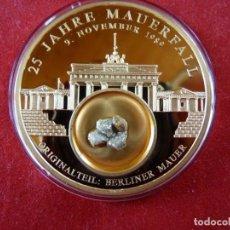 Medallas temáticas: GRAN MONEDA DE ALEMANIA CON ORO Y CON TROZO DEL MURO DE BERLIN 100% ORIGINAL DE EDICION LIMITADA. Lote 235966660