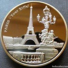 Medallas temáticas: MONEDA BAÑADA EN ORO DE LA TORRE EIFFEL JUNTO AL SENA. Lote 236003410
