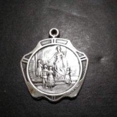 Medallas temáticas: MEDALLA ESCOLAR DE PLATA 900. AÑO 1940. GRABADA POR CONSTANTE ROSSI. Lote 235941545