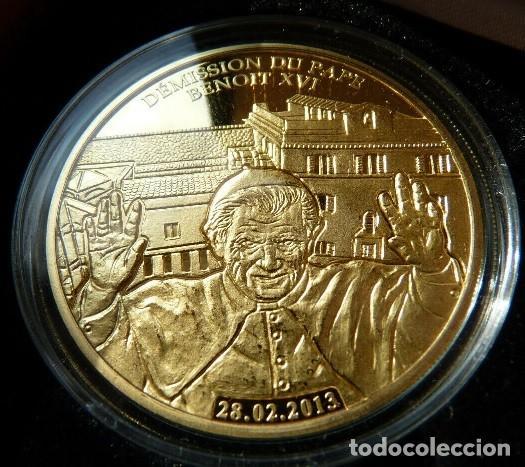 BONITA MONEDA CONMEMORATIVA DE LA DIMISION O RENUNCIA DEL PAPA BENEDICTO XVI EDICION MUY LIMITADA (Numismática - Medallería - Temática)