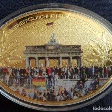 Medallas temáticas: MONEDA MEDALLON XXL FORMA OVAL 85 MM 25 ANIVERSARIO DE LA CAIDA DEL MURO DE BERLIN ALEMANIA. Lote 242351215