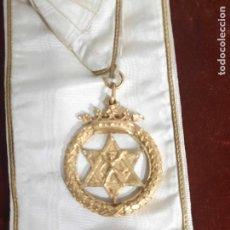 Medallas temáticas: MEDALLA MASONICA DE SIGLO XIX CON CINTA EN BRONCE. Lote 242890980