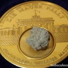 Medalhas temáticas: GRAN MONEDA DE ALEMANIA CON ORO Y CON TROZO DEL MURO DE BERLIN 100% ORIGINAL DE EDICION LIMITADA. Lote 242892205